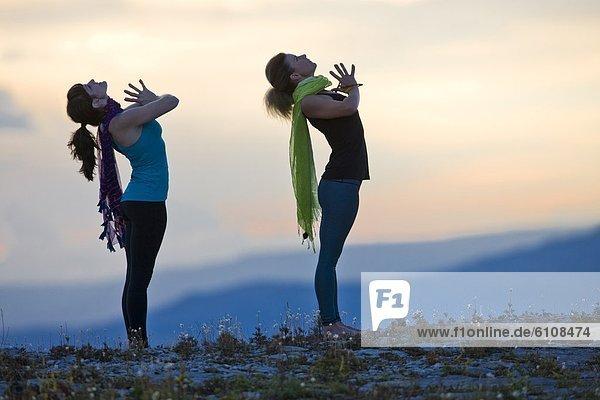 Frau  Berg  Pose  hoch  oben  zeigen  2  Yoga