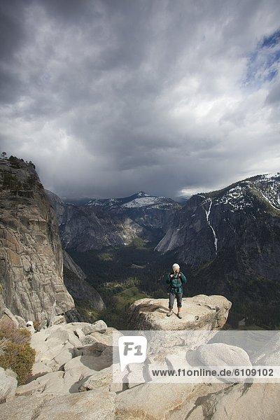Frau  folgen  wandern  Kalifornien  jung  Yosemite Nationalpark