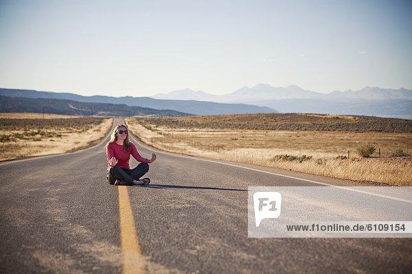 nahe junge Frau junge Frauen Fernverkehrsstraße Einsamkeit