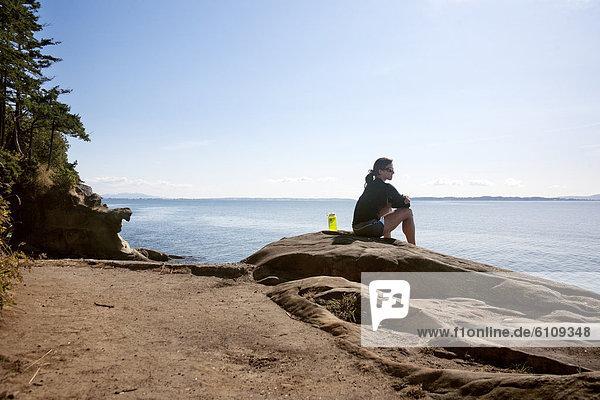 Frau  sitzend  Küste  Sandstein