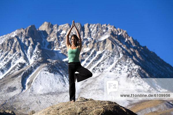 Frau  hoch  oben  Yoga  Boulder