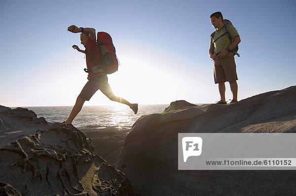Felsen  Küste  springen  wandern  Pazifischer Ozean  Pazifik  Stiller Ozean  Großer Ozean