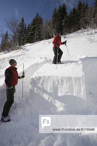 Prüfung  zeigen  unbewohnte  entlegene Gegend  Ski