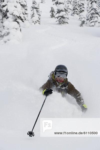 Frau  Skisport  Gesichtspuder  jung  tief