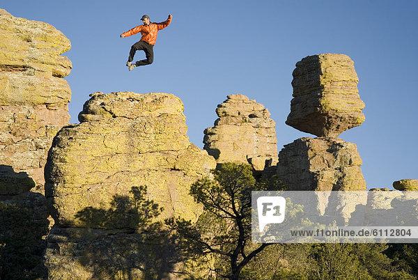nahe  Felsbrocken  Mann  balancieren  springen