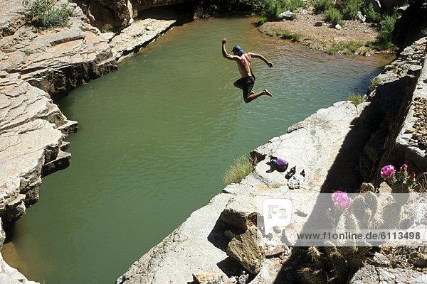 Wasser  Mann  springen  Loch