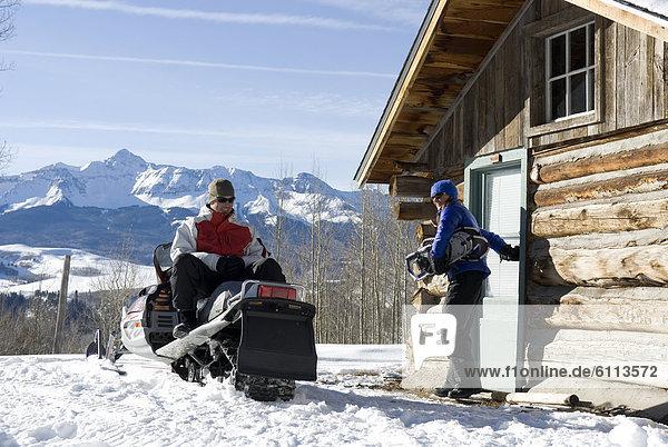 nahe Schneemobil Mann und Frau