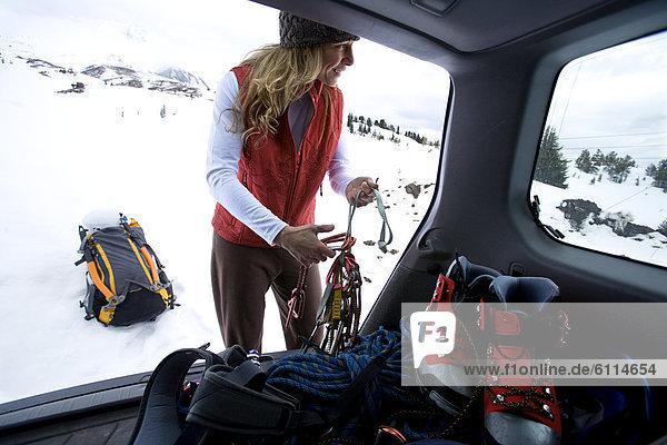 Frau  Vorbereitung  Eis  gehen  arrangieren  klettern  Fahrgestell