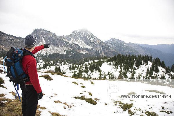 entfernt  Mann  über  Ereignis  füllen  füllt  füllend  Tal  Schnee