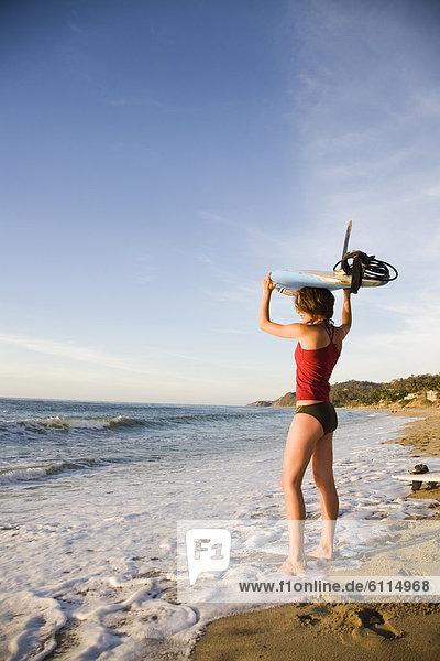 halten  Strand  Bikini  über  Surfboard  hoch  oben  rot  Mexiko  Kleidung  Mädchen