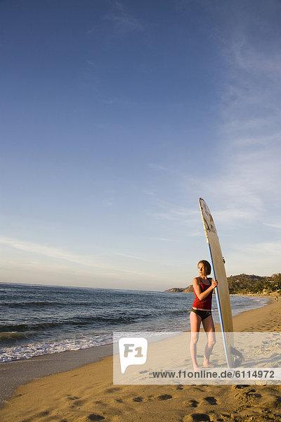 Frau  Strand  Surfboard  Mexiko  jung