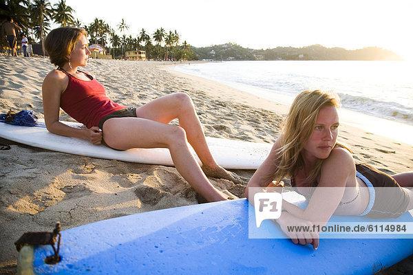 nahe  sitzend  Strand  Surfboard  Mexiko  2  jung  Mädchen  Wellenreiten  surfen
