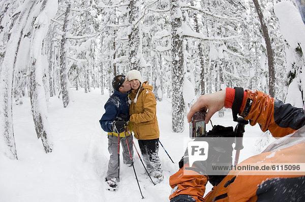 Biegung  Biegungen  Kurve  Kurven  gewölbt  Bogen  gebogen  Frau  Mann  bedecken  Fotografie  nehmen  junger Erwachsener  junge Erwachsene  Wald  Mittelpunkt  jung  Erwachsener  Pose  Schnee  Schneeschuhlaufen