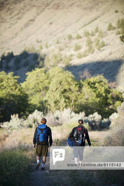 Frau  Mann  junger Erwachsener  junge Erwachsene  wandern  Bach  Mittelpunkt  jung  Forelle  Erwachsener  Oregon