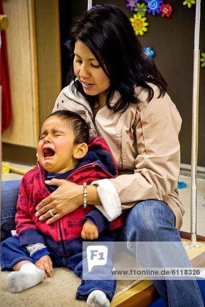 Einkaufszentrum  lernen  Sorge  Junge - Person  Hispanier  Gemütlichkeit  Lehrer  Phantasie  blind  Kalifornien  spontan  Sinneswahrnehmung  Behinderung