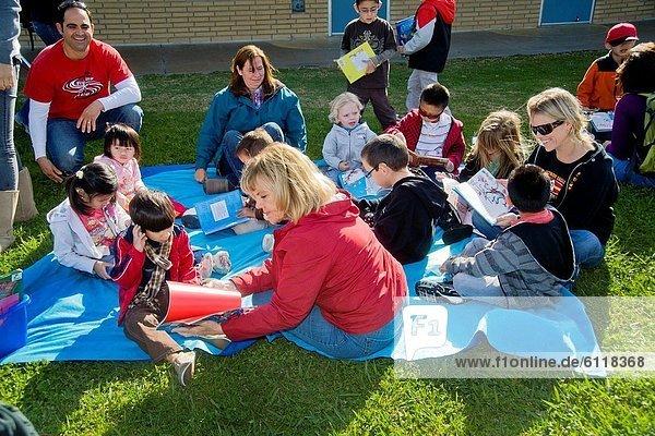Westminster  Lehrer  Schriftliche Kommunikation  Schule  Kalifornien  jung  Außenaufnahme  Arzt  lesen  Freiwilliger