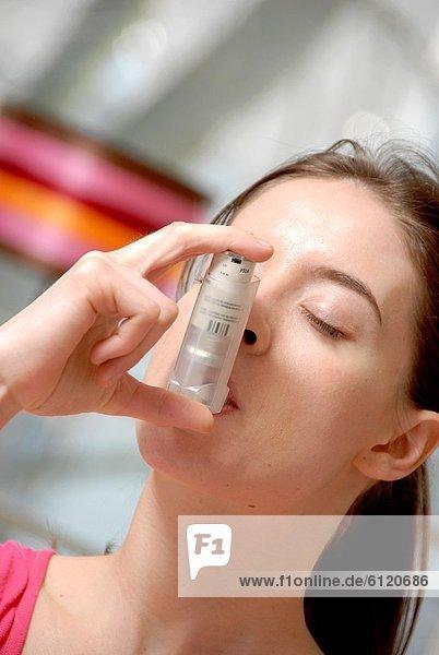 benutzen  Frau  Genuss  jung  Asthma