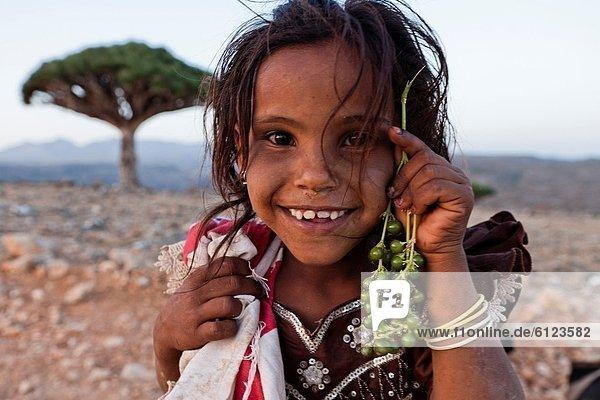 zeigen  Drachenbaum  dracaena  Baum  Frucht  Dorf  schreiben  UNESCO-Welterbe  Mädchen  Arabien  Drache  Jemen