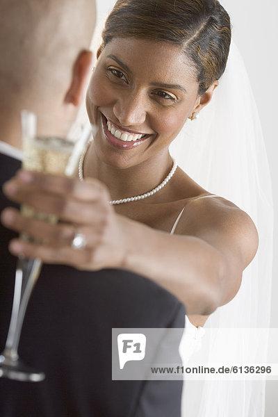 Braut und Bräutigam umarmen