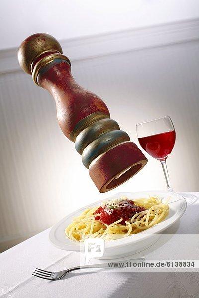 Spaghetti mit Tomatensoße  Pfeffermühle und Rotwein Spaghetti mit Tomatensoße, Pfeffermühle und Rotwein