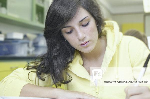 Jugendlicher  Labor  lernen  Mädchen