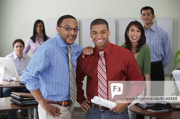 lächeln  Büro  Blick in die Kamera  Kollege