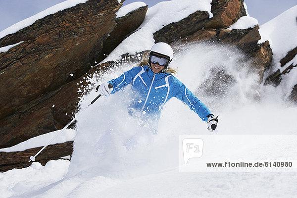 Skifahren auf verschneiter Piste