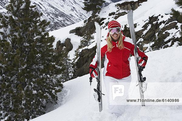 stehend  Skifahrer  Schnee  Hang