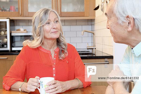 Älteres Paar beim Kaffee in der Küche