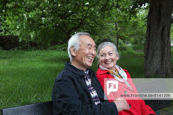 Älteres Paar auf Parkbank sitzend