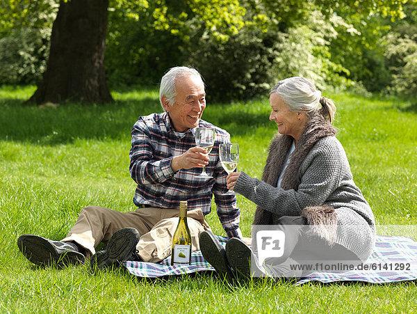 Ältere Paare stoßen sich gegenseitig an.