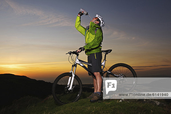 Mountainbiker-Trinkwasser auf dem Hügel