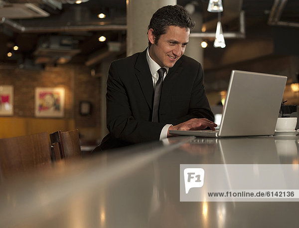 Notebook  Geschäftsmann  arbeiten  Cafe
