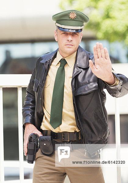 Deutscher Polizist mit Waffe