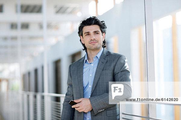 Mittlerer Erwachsener Geschäftsmann mit Handy  Portrait