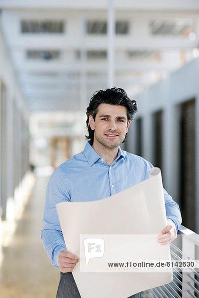 Geschäftsmann mit Bauplan  Porträt