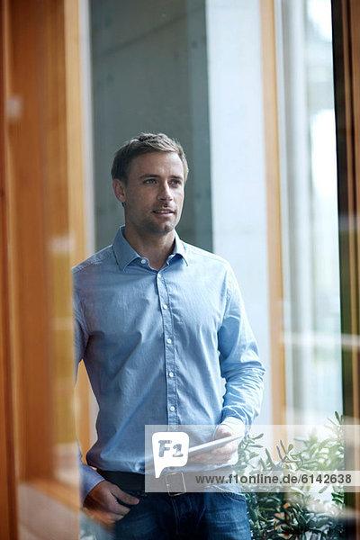 Lässiger Geschäftsmann mit digitalem Tablett  Portrait
