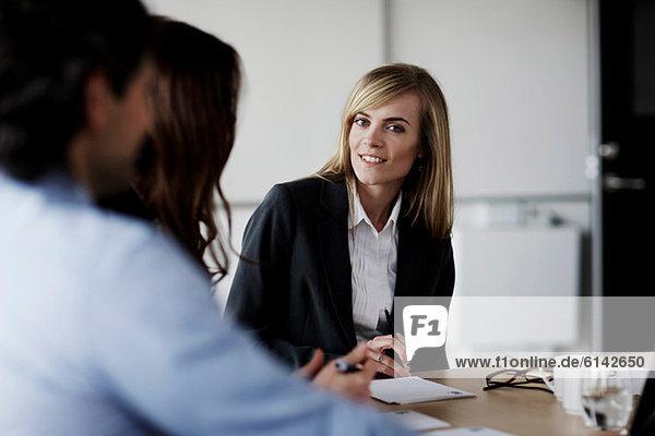Geschäftstreffen  Fokus auf Geschäftsfrau