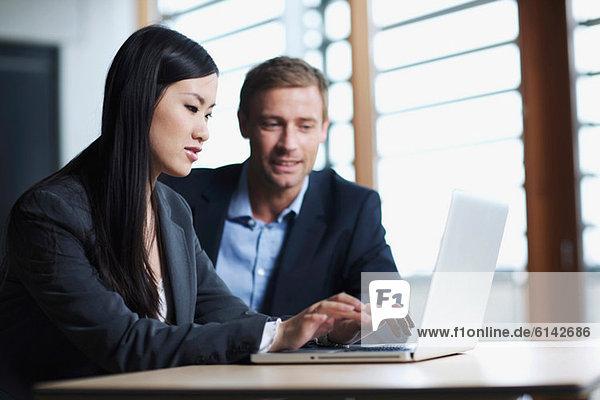 Geschäftskollegen mit Laptop