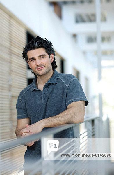 Geschäftsmann am Geländer  Portrait