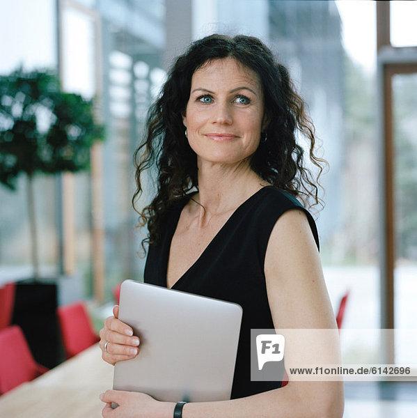 Geschäftsfrau mit digitalem Tablett  Portrait