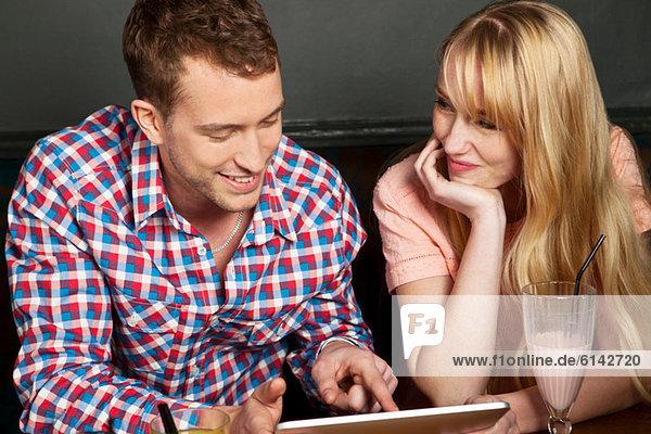 Junges Paar mit digitalem Tablett