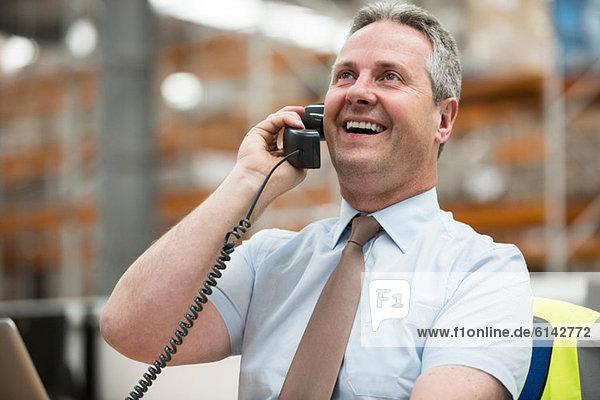 Lagerleiter am Telefon