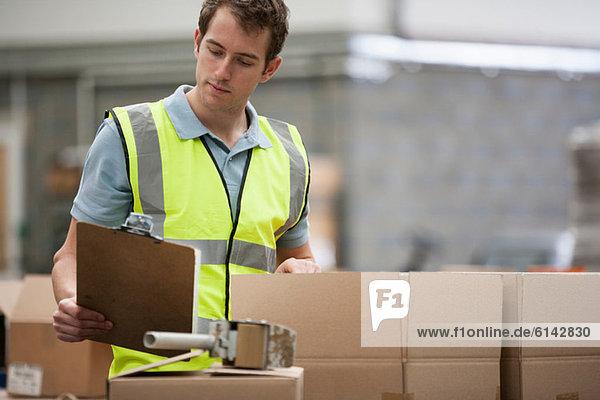 Mann beim Prüfen von Kartons