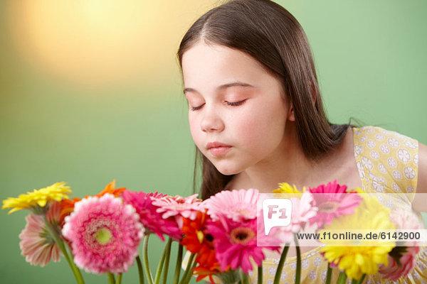 Mädchen schnüffelt Blumen Mädchen schnüffelt Blumen