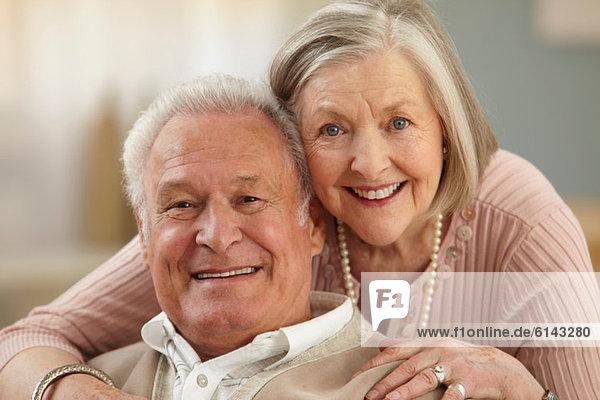 Seniorenpaar mit Blick auf die Kamera  Porträt