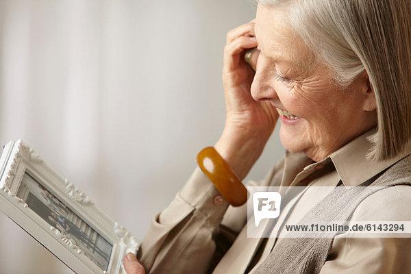 Seniorin mit Bilderrahmen