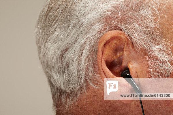 Senior Mann mit Kopfhörer  Nahaufnahme
