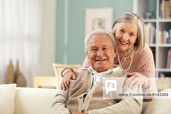 Seniorin mit Händen auf den Schultern des Mannes