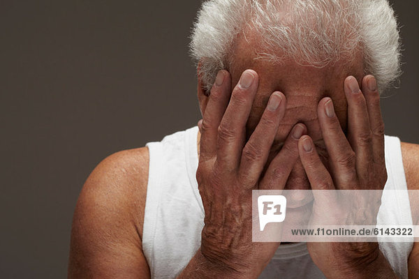 Älterer Mann mit Kopf in den Händen